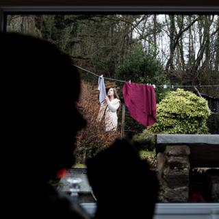 Mujer tendiendo la colada