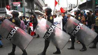 Efectivos de la policía escoltan una protesta contra la corrupción en las calles de Lima, 30 de septiembre de 2019