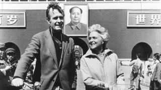 George Herbert Walker Bush cùng vợ, Barbara, tại Bắc Kinh năm 1974