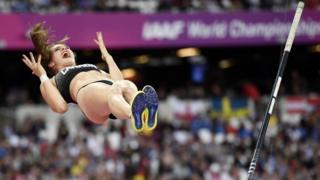Kanadalı atlet Anicka Newell, Londra'da düzenlenen Dünya Atletizm Şampiyonası Kadınlar Sırıkla Atlama Finali'nde 4.55'lik denemesinde başarıya ulaşamamasına böyle tepki verdi.