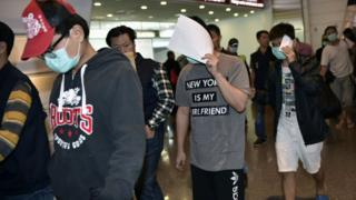 Alleged fraud suspects arrive at Taoyuan Airport from Malaysia on 15 April 2016.