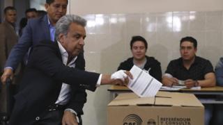 El presidente Lenín Moreno votando en el referendo