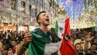Jóvenes mexicanos con bandera.