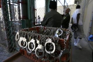 در این عکس یک زندانی محکوم به اعدام دیده می شود که با دستبند از هواخوری روزانه خود در یک زندان در کالیفرنیا بازگشته است. کالیفرنیا همزمان با انتخابات ریاست جمهوری در ماه نوامبر آینده، پیرامون لغو مجازات اعدام همه پرسی برگزار میکند
