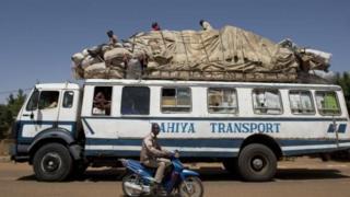Un bus chargé quittant la ville de Gao en 2013 (illustration).