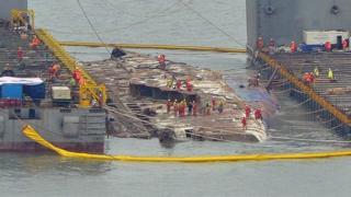 セウォル号の引き揚げは事故の犠牲者の遺族が強く求めていたものだ(23日、韓国・珍島)
