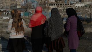 ২০১৪ সালের ১৪ই জানুয়ারি তারিখে তোলা ছবি যেখানে আফগান নারী পথচারীরা হাটছেন।