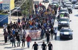 Migrantes marcham em Tijuana