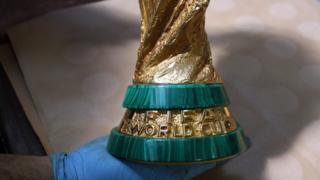 Foto mostra detalhe do acabamento da Taça em malaquita, a faixinha verde que precisa ser refeita a cada quatro anos