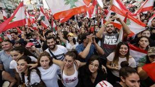 معترضان در بیروت از کنارهگیری حزب نیروهای لبنانی از دولت استقبال کرده و خواستار استعفای وزیران دیگر شدند.