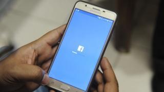 телефон с приложением Facebook