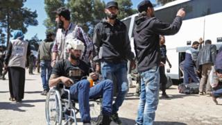روسيا توصلت مع فصيلي حركة أحرار الشام وفيلق الرحمن في جنوب الغوطة الشرقيةإلى اتفاقين أجلي بموجبهما آلاف المقاتلين والمدنيين إلى إدلب