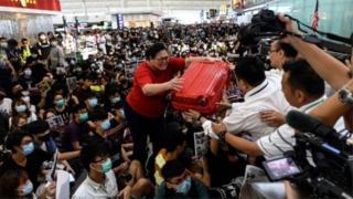 ဟောင်ကောင်၊ ဆန္ဒပြ၊ အကြမ်းဖက်လူစုခွဲ၊ လေဆိပ်