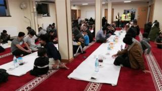 مائدة رمضانية في مسجد دار الإسراء في كارديف عاصمة ويلز