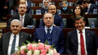 Türkiye Cumhuriyeti'nin son üç başbakanı, Recep Tayyip Erdoğan, Ahmet Davutoğlu ve Binali Yıldırım. Erdoğan cumhurbaşkanlığı döneminde dört yılda iki farklı başbakanla çalıştı