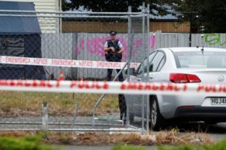پلیس نیوزیلند در مقابل محل تیراندازی
