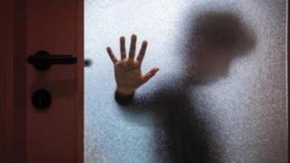 Дитина за дверима