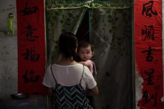 امرأة صينية تحمل ابنها