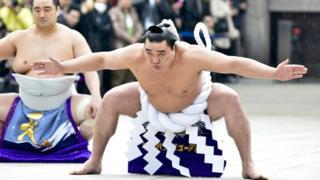 Harumafuji em celebrações de Ano Novo em Tóquio