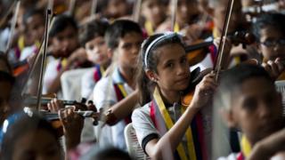 Niños con instrumentos musicales