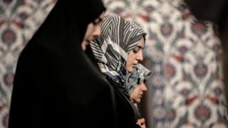 صف من النساء في جنوب أفريقيا أثناء الصلاة في رمضان
