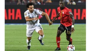 L'attaquant égyptien Mohamed Salah contre le milieu de terrain ougandais Michael Azira.