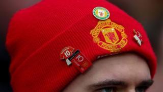 Un supporter arborant un bonnet de Manchester United.
