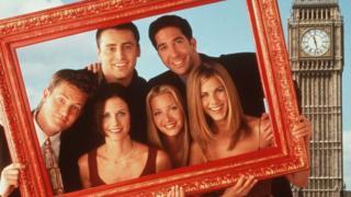 Os seis personagens de Friends posam para foto no meio de uma moldura