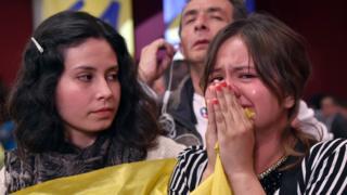 Referandum sonucuna ağlayan bir Kolombiyalı kadın