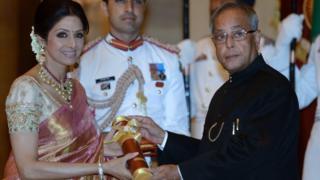 2013 ఏప్రిల్ 5న దిల్లీలో అప్పటి రాష్ట్రపతి ప్రణబ్ ముఖర్జీ చేతుల మీదుగా 'పద్మ శ్రీ' పురస్కారాన్ని అందుకొంటున్న శ్రీదేవి