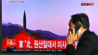 Televisión en Seúl mostrando lanzamiento de misiles.