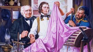 """William Henry Perkin (centro) trabajando en el colorante sintético que bautizó como """"malveína"""". (Imagen: Fundación del Patrimonio Químico)"""