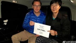 酒店經理親自到中國道歉、退款。唐家三少(右)讚酒店誠實。