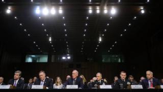 米上院情報委員会の公聴会で証言する各情報機関の責任者たち(13日、ワシントン)