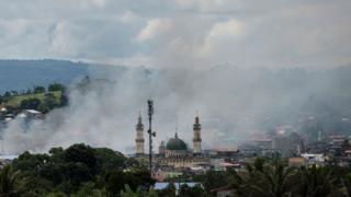 Asap membumbung dari lokasi pengeboman oleh Angkatan Udara Filipina di Marawi, Filipina.
