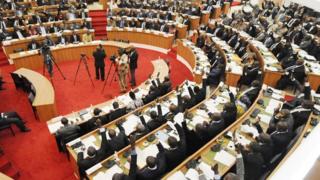 Des députés ivoiriens se prononcent sur des projets de loi présentés par le gouvernement au siège de l'Assemblée nationale, le 21 Novembre 2012 à Abidjan.