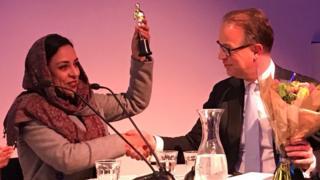 وزیر خارجه هلند در حین اهدا جایزه به رویا سادات