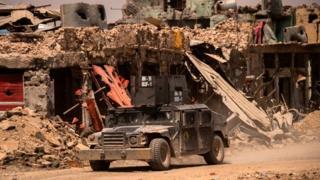 Irak ordusu Musul sokaklarında devriye geziyor