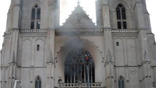 Fumaça em Catedral de Nantes