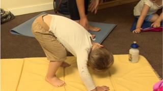 Criança britânica fazendo yoga