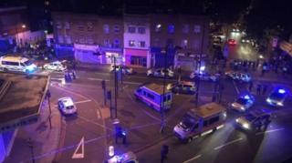 จุดเกิดเหตุรถตู้พุ่งชนคนที่ถนนเซเวน ซิสเตอร์ส์ ในย่านฟินส์บรี พาร์ค กรุงลอนดอน ประเทศอังกฤษ