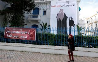 لافتات في شوارع تونس معارضة للزيارة