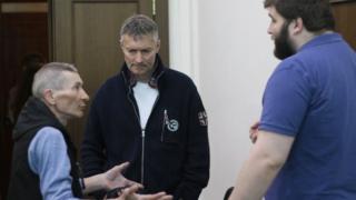 Евгений Ройзман и его помощник Степан Чиганцев (справа) общаются с жителем Екатеринбурга