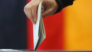 Persona votando en Alemania.