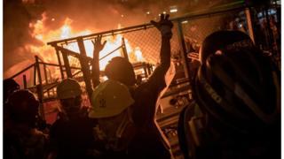示威者在路中心放火。