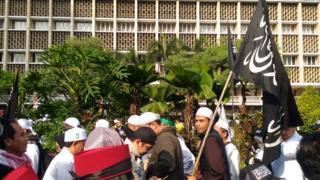 Bendera bertuliskan kalimat Tauhid di Reuni 212