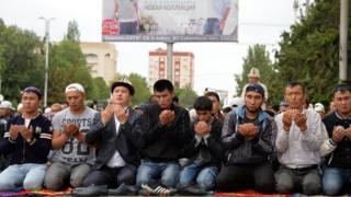 Жители Бишкека на молитве по окончании Рамадана