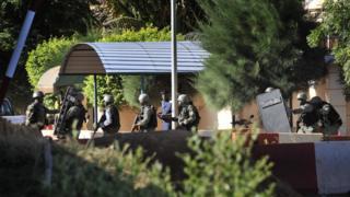 Les troupes maliennes derrière l'hôtel Radisson Blu de Bamako pris d'assaut par un groupe de terroristes le 20 novembre 2015.