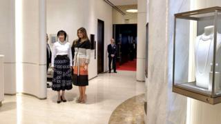 梅拉尼娅·特朗普(中)与安倍昭惠(左)抵达东京银座御木本真珠店本店(5/11/2017)