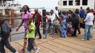Des ressortissants de la RDC arrivent au Congo-Brazzaville en décembre 2011, en fuyant les violences électorales dans leur pays.